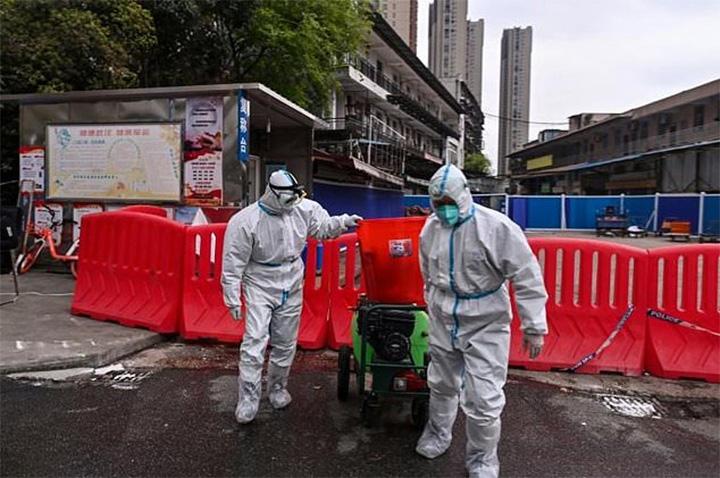 Empleados desinfectando el mercado