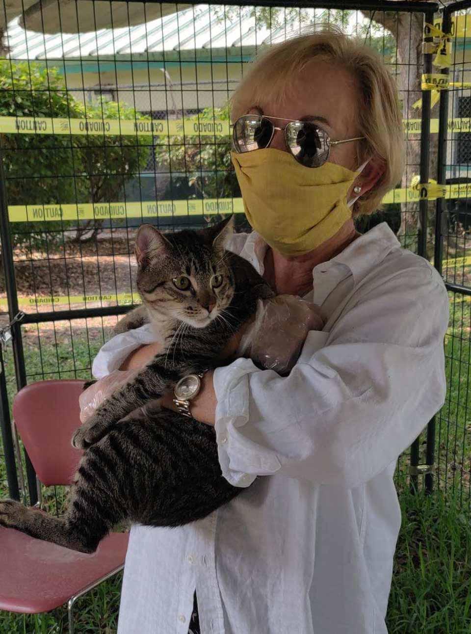 Mujer con máscaras tiene gatito